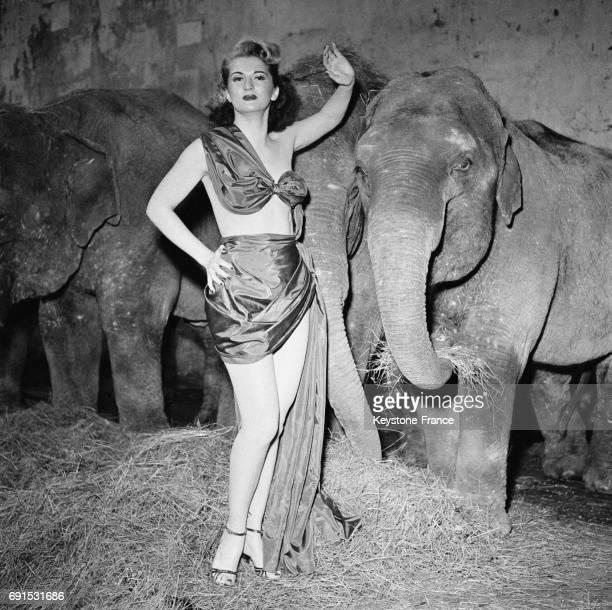 L'actrice Simone Claris ne semble guère intimider par les éléphants à l'occasion de la présentation du film de Cecil B DeMille à Paris France le 30...
