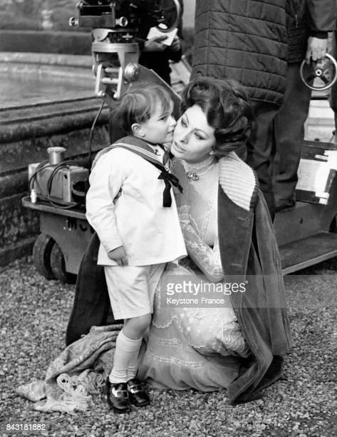 L'actrice Sophia Loren avec un petit garçon pendant un tournage de film