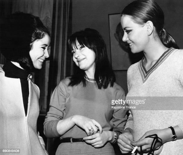 L'actrice soviétique Lioudmila Savelieva discutant avec les actrices françaises MarieJosé Nat et Claudine Auger à Moscou Russie en avril 1967