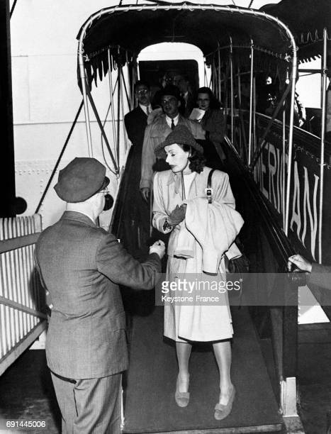 L'actrice suédoise Greta Garbo à sa descente d'avion à Hollywood Californie EtatsUnis en 1946