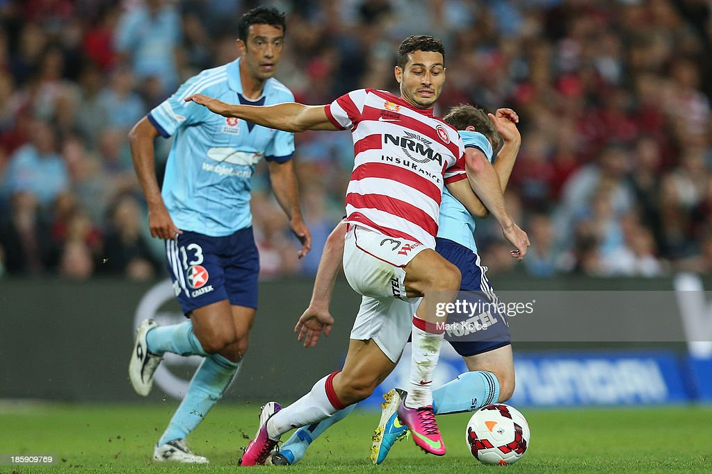 Adam DApuzzo of the Wanderers runs the ball during the round three A-League match between Sydney FC and the Western Sydney Wanderers at Allianz Stadium on October 26, 2013 in Sydney, Australia.