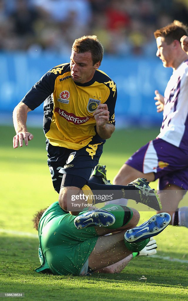 <a gi-track='captionPersonalityLinkClicked' href=/galleries/search?phrase=Adam+Kwasnik&family=editorial&specificpeople=793964 ng-click='$event.stopPropagation()'>Adam Kwasnik</a> of the Mariners clashes with Glory goalkeeper Daniel Vukovic during the round 14 A-League match between the Central Coast Mariners and the Perth Glory at Bluetongue Stadium on December 31, 2012 in Gosford, Australia.