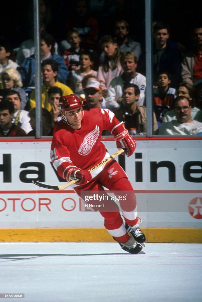 Adam Oates of the Detroit Red Wings skates on the ice during an NHL game against the Philadelphia Flyers on February 21 1988 at the Spectrum in...