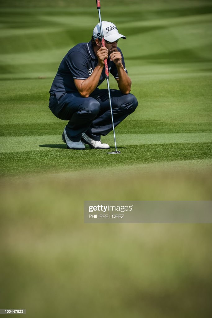 Adam Scott of Australia lines up a putt during the last round of the WGC-HSBC Champions golf tournament held on the Olazabal Course at Mission Hill Golf Club in Dongguan on November 4, 2012. AFP PHOTO / Philippe Lopez
