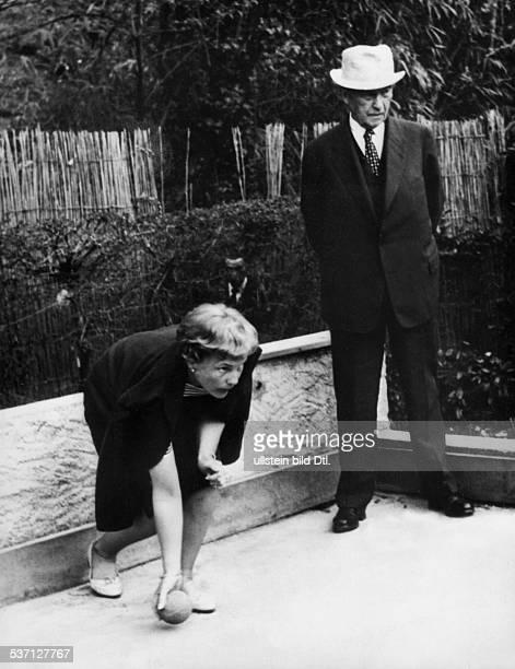 Adenauer Konrad Politiker CDU BRD mit seiner Tochter Libeth beim BocciaSpiel in seinem Urlaubsort Cadenabbia am Comer See