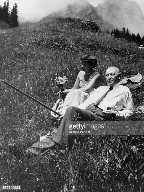 Adenauer Konrad Politiker CDU BRD mit seiner Tochter Ria während seines Urlaubs in Mürren im Berner Oberland Juli 1955