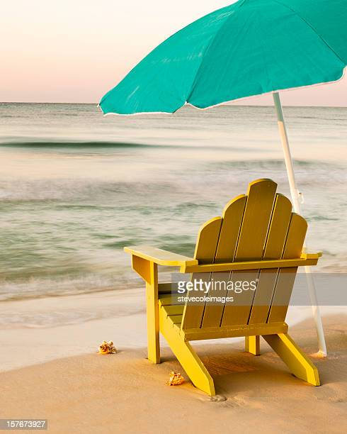 Sedia Adirondack sulla spiaggia con Unbrella