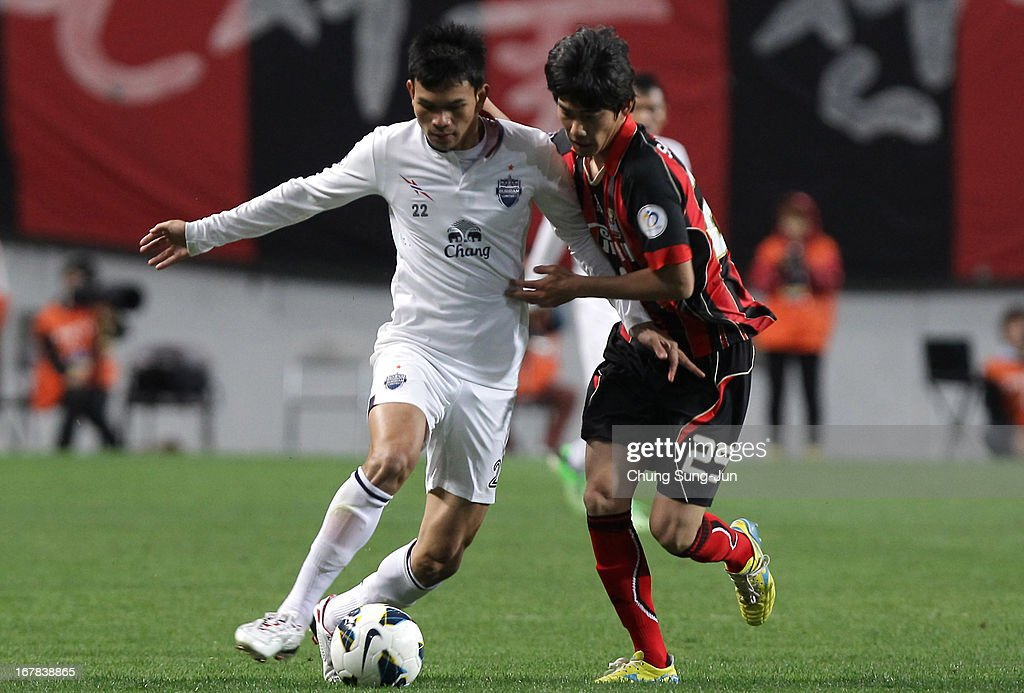 Adisak Kraisorn of Buriram United tussles for possession with Lee Sang-Hyeob of FC Seoul during the AFC Champions League Group E match between FC Seoul and Buriram United at Seoul World Cup Stadium on May 1, 2013 in Seoul, South Korea.
