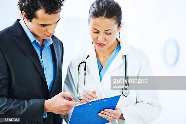Administrator Gespräch mit der Ärztin