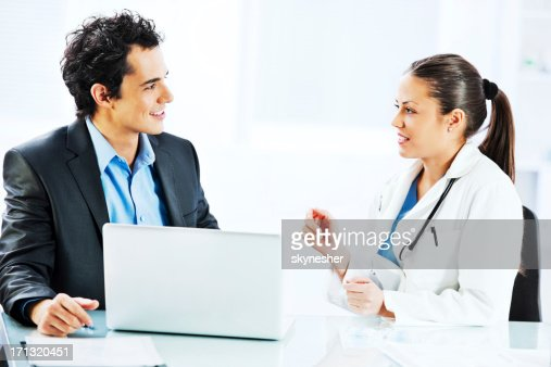 Amministratore di parlare con un medico femmina. : Foto stock