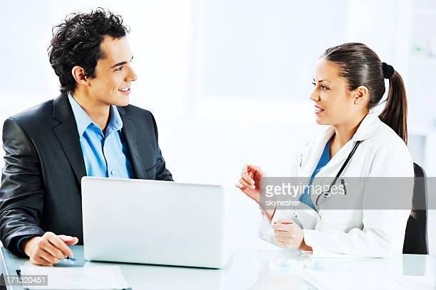 Administrator Gespräch mit der Ärztin.