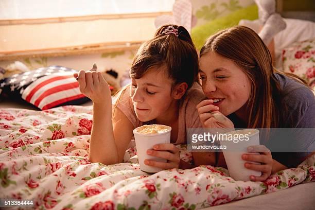 思春期の少女のアイスクリームを食べでのパーティとパジャマは、