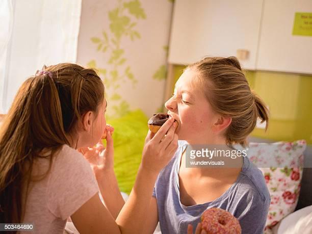 思春期の少女フィーディング eachother ドーナッツ」で、カラフルなベッドルーム