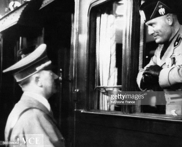 Adolf Hitler adresse ses adieux à Mussolini à la vitre d'un train circa 1930 à Berlin Allemagne
