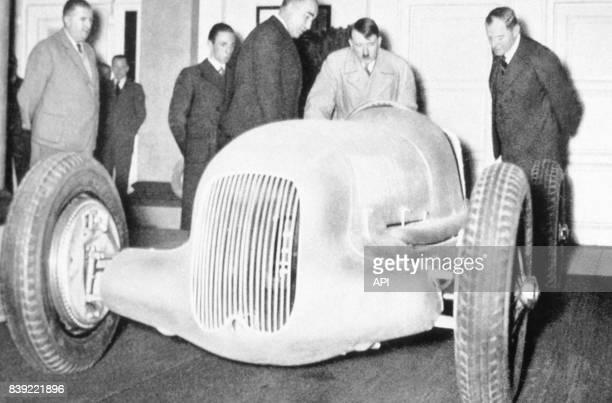 Adolf Hitler devant une voiture de course Flèche d'Argent lors d'une visite des ateliers de MercedesBenz en Allemagne