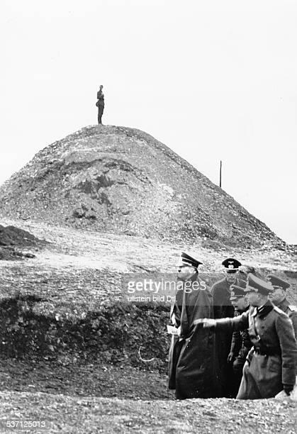 Adolf Hitler Politiker NSDAP D bei einer Inspektion des 'Westwalls' im Raum Eifel / Moseltal mit Begleitung in einem Laufgraben