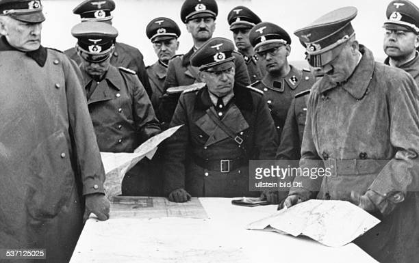 Adolf Hitler Politiker NSDAP D bei einer Inspektion des 'Westwalls' im Raum Eifel / Moseltal mit Begleitung am Kartentisch links General Erwin v...