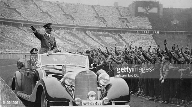 Adolf Hitler trifft zur Kundgebung derHitlerJugend im Olympiastadion einam Steuer des Wagens Chauffeur ErichKempka hinter Hitler links...