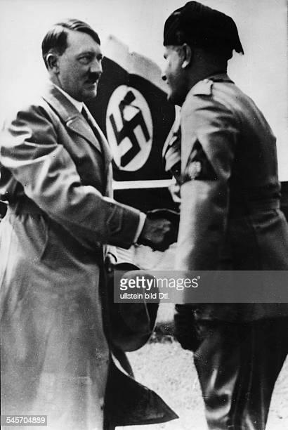 Adolf Hitler und Benito Mussolini begrüssen sich auf dem FlugplatzSan Nicolo