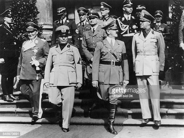 Adolf Hitler und Benito Mussolini nachder Ankunft in München auf dem Weg zumBahnhofsvorplatz links Hermann Göringrechts Aussenminister Galeazzo...