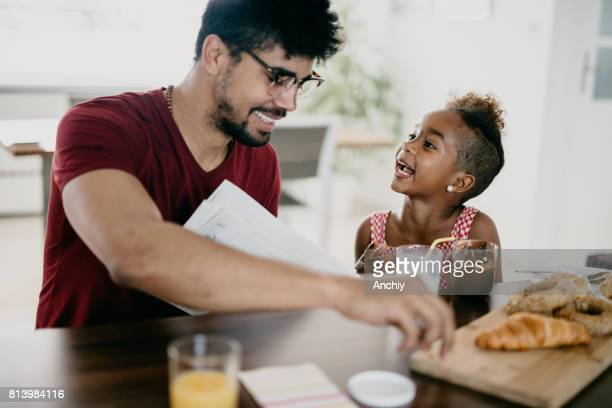 Entzückende Afrikaner Familie hat Spaß beim Essen