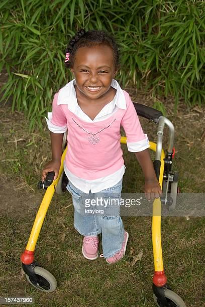 Adorabile ragazza utilizzando Deambulatore