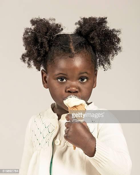 Adorable petite fille manger un cornet de glace