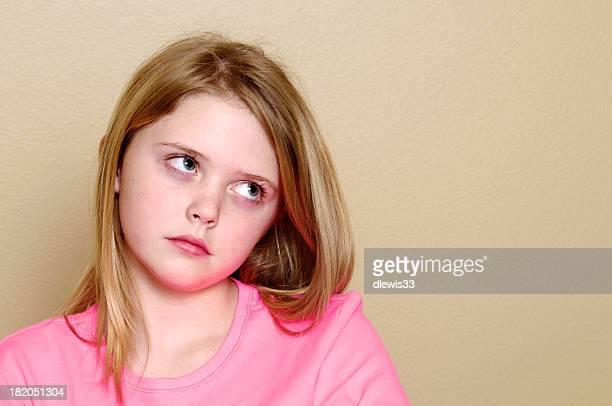 Adorable kleines Mädchen Ihre Augen rollen
