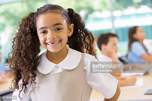 Adorabile razza mista studenti in uniforme della scuola privata