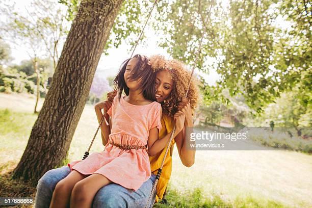Süße Mutter und Tochter verbringt zusammen eine schöne Zeit.