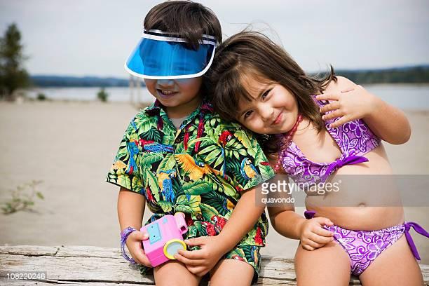 人気の 2 つの小さなお子様用の水着でビーチ、Copyspace