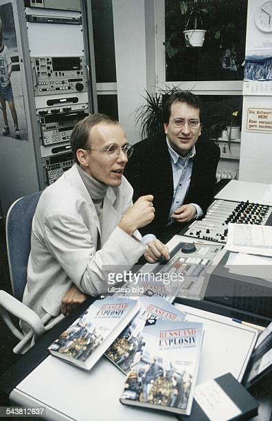 Adrian Geiges und Andre Zalbertus MoskauKorrespondenten des Senders RTL in ihrem Büro Auf dem Schreibtisch liegen Exemplare des von Zalbertus und...