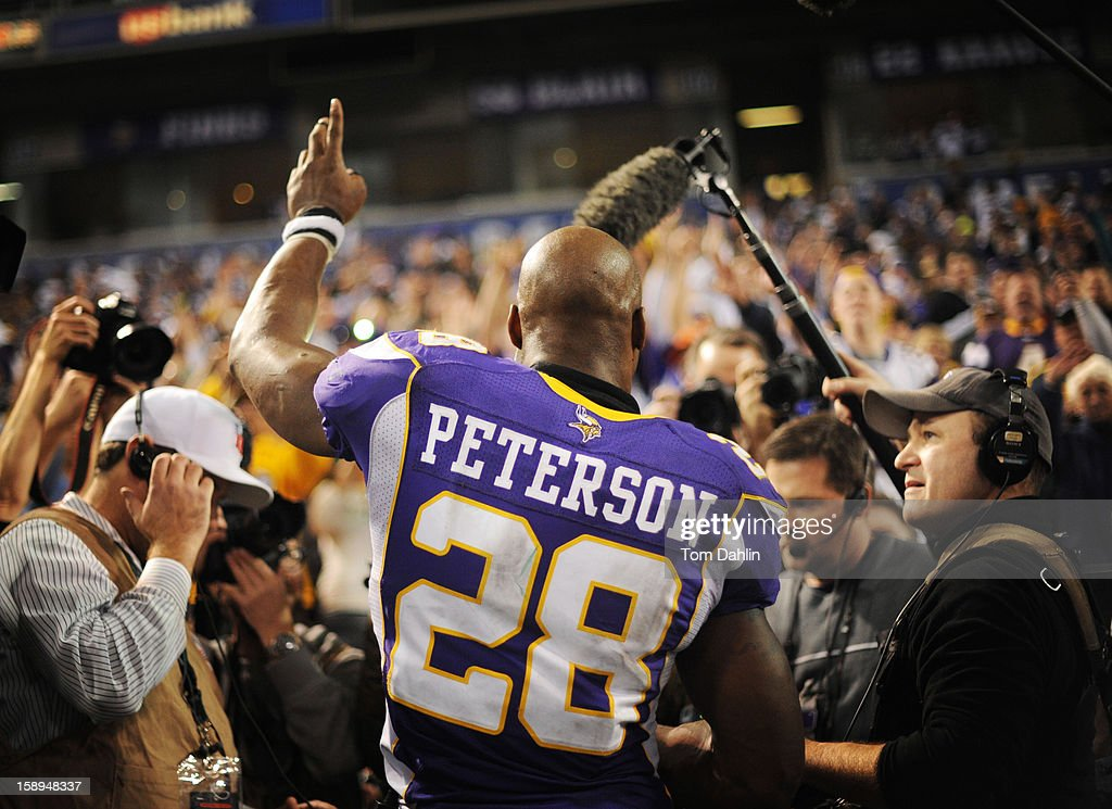 <a gi-track='captionPersonalityLinkClicked' href=/galleries/search?phrase=Adrian+Peterson+-+Jogador+de+futebol+americano+-+Minnesita+Vikings&family=editorial&specificpeople=210807 ng-click='$event.stopPropagation()'>Adrian Peterson</a> #28 of the Minnesota Vikings acknowledges fans after an NFL game against the Green Bay Packers at the Hubert H. Humphrey Metrodome, on December 30, 2012 in Minneapolis, Minnesota.