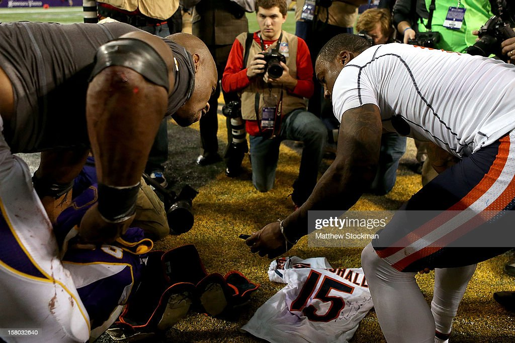 <a gi-track='captionPersonalityLinkClicked' href=/galleries/search?phrase=Adrian+Peterson+-+American+football-speler+-+Minnesota+Vikings&family=editorial&specificpeople=210807 ng-click='$event.stopPropagation()'>Adrian Peterson</a> #28 of the Minnesota Vikings and Brandon Marshall #15 of the Chicago Bears exchange jerseys after their game at Mall of America Field on December 9, 2012 in Minneapolis, Minnesota.