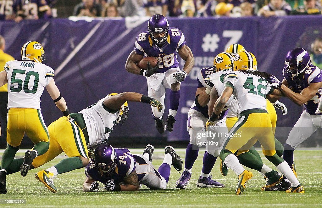 <a gi-track='captionPersonalityLinkClicked' href=/galleries/search?phrase=Adrian+Peterson+-+Footballspieler+-+Minnesota+Vikings&family=editorial&specificpeople=210807 ng-click='$event.stopPropagation()'>Adrian Peterson</a> #28 of the Minnesota Vikings runs against the Green Bay Packers on December 30, 2012 at Mall of America Field at the Hubert H. Humphrey Metrodome in Minneapolis, Minnesota. The Vikings defeated the Packers 37-34.