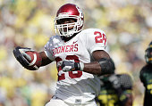 Adrian Peterson of the Oklahoma Sooners runs against the Oregon Ducks on September 16 2006 at Autzen Stadium in Eugene Oregon