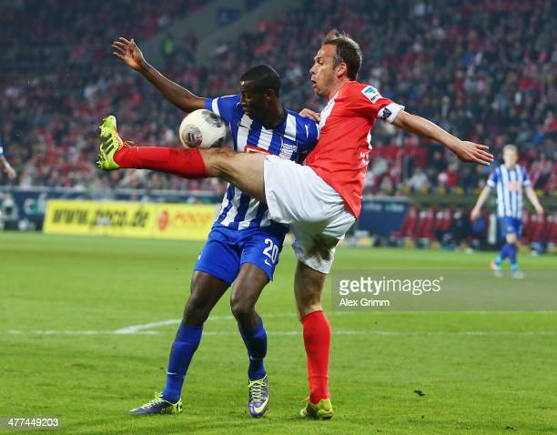 Adrian Ramos of Berlin is challenged by Nikolce Noveski of Mainz during the Bundesliga match between 1 FSV Mainz 05 and Hertha BSC Berlin at Coface...
