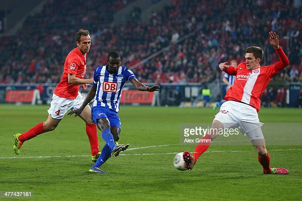 Adrian Ramos of Berlin scores his team's first goal against Stefan Bell and Nikolce Noveski of Mainz during the Bundesliga match between 1 FSV Mainz...