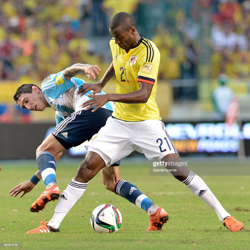Adrian Ramos (R) of Colombia struggles for the ball with Angel Di Maria (L) of Argentina during a match between Colombia and Argentina as part of FIFA 2018 World Cup Qualifiers at Metropolitano Stadium on November 17, 2015 in Barranquilla, Colombia.