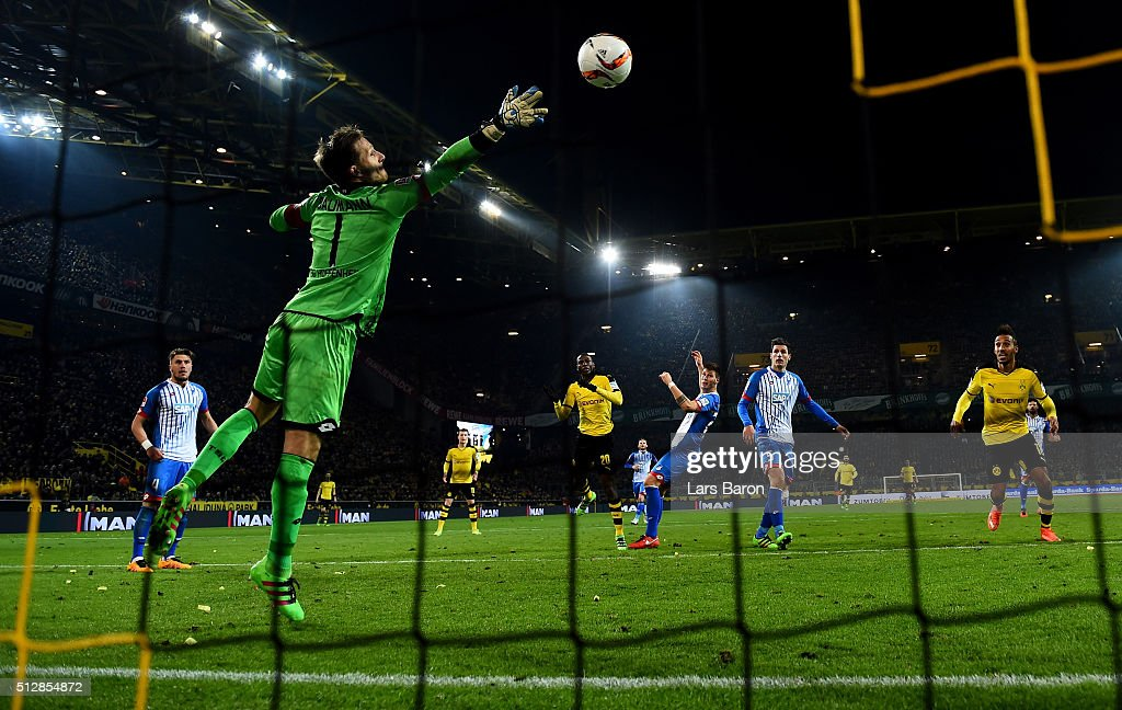 <a gi-track='captionPersonalityLinkClicked' href=/galleries/search?phrase=Adrian+Ramos&family=editorial&specificpeople=5547196 ng-click='$event.stopPropagation()'>Adrian Ramos</a> of Dortmund heads his teams second goal against goalkeeper <a gi-track='captionPersonalityLinkClicked' href=/galleries/search?phrase=Oliver+Baumann&family=editorial&specificpeople=4645207 ng-click='$event.stopPropagation()'>Oliver Baumann</a> of Hoffenheim during the Bundesliga macth between Borussia Dortmund and 1899 Hoffenheim at Signal Iduna Park on February 28, 2016 in Dortmund, Germany.
