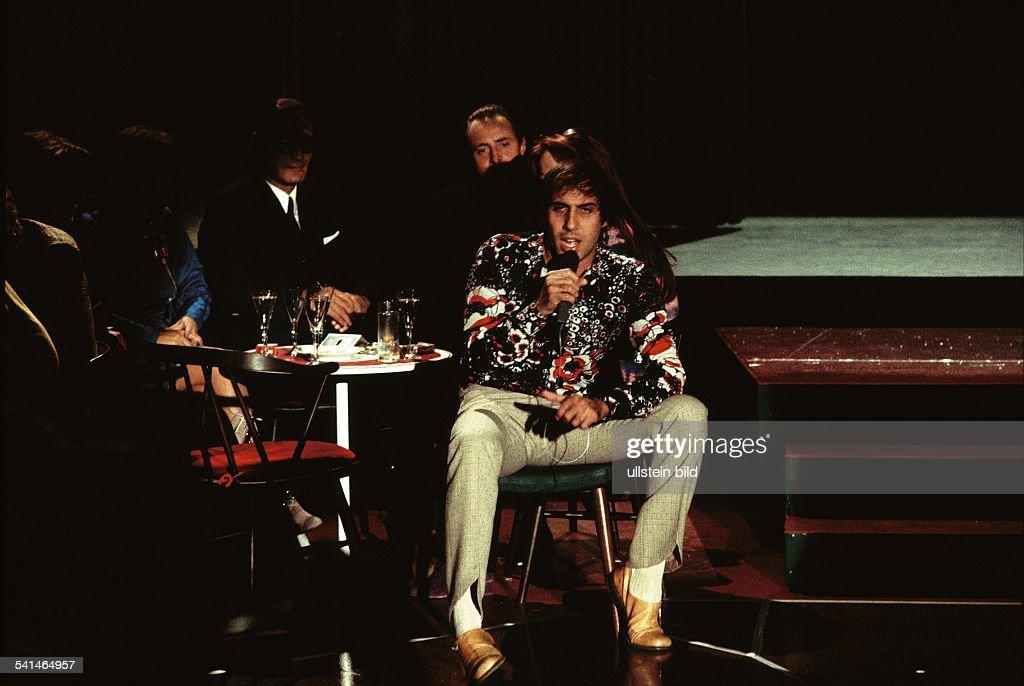 Adriano Celentano *Schauspieler Sänger Italiensingt bei einem Auftritt 1970