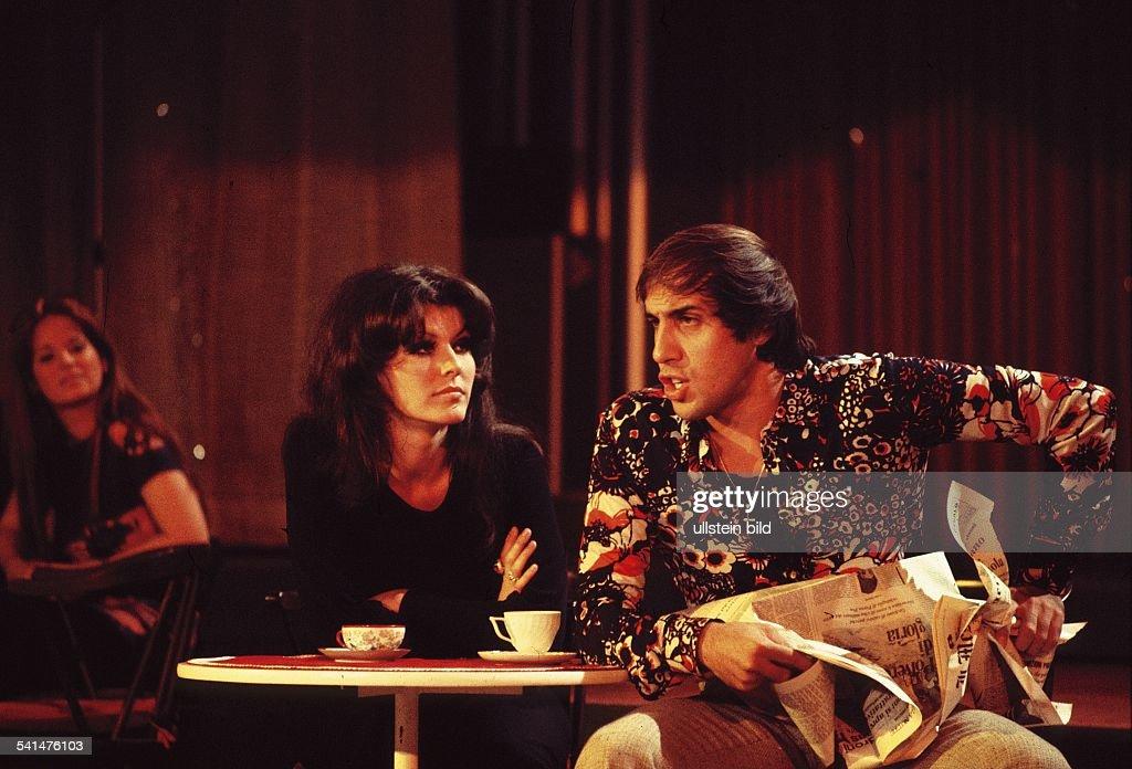 Adriano Celentano *Schauspieler Sänger Italiensitzt bei einem Auftritt mit einer Frau an einem Tisch 1970