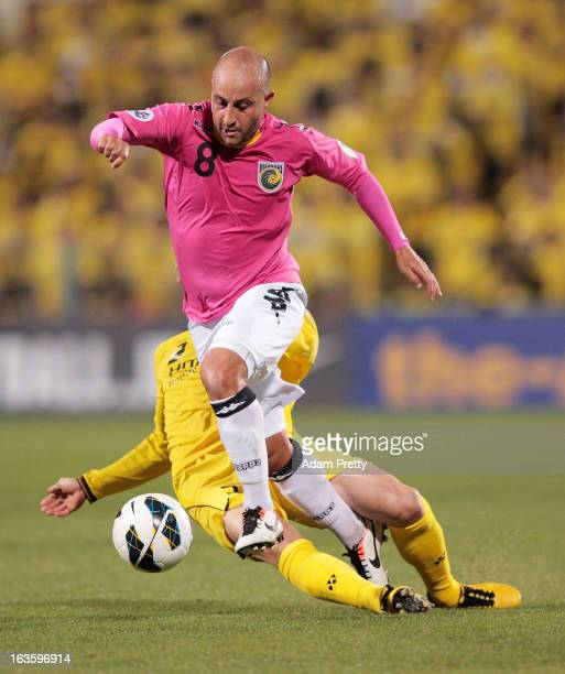 Adriano Pellegrino of the Mariners is tackled during the AFC Champions League Group H match between Kashiwa Reysol and Central Coast Mariners at...