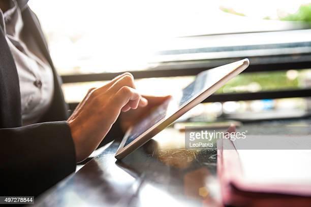 Erwachsenen Geschäftsfrau, die eine Pause in einem restaurant