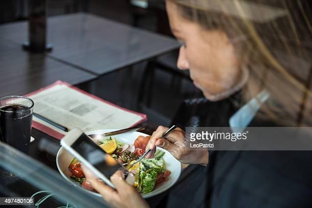Adulte femme d'affaires ayant une pause dans un restaurant