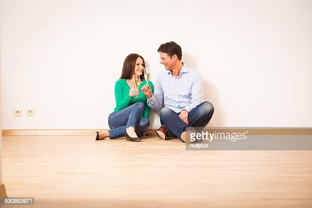 Adulte couple fêtant leur nouvel appartement