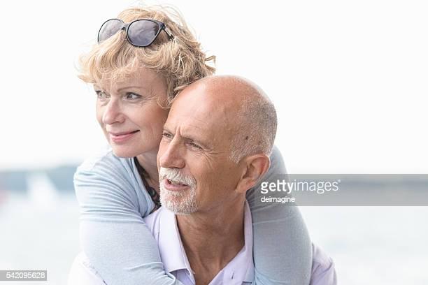 Adulte couple embrassant