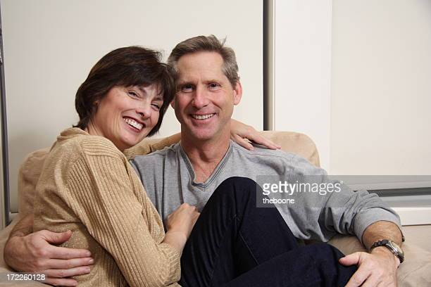 Adulte couple assis proches