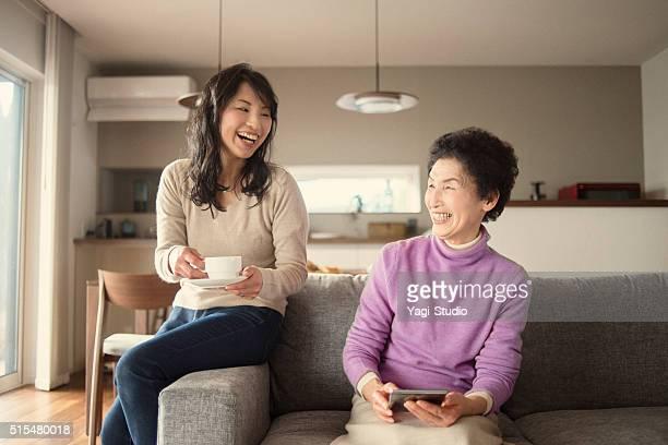 Adulte fille et mère ayant un bon moment