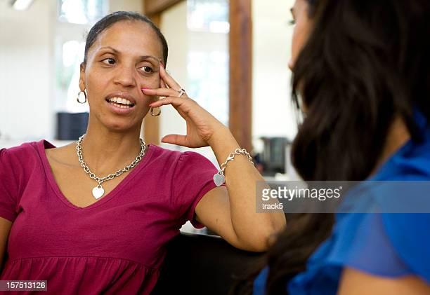Contacto con los ojos afectados entre un par de mujeres maduras